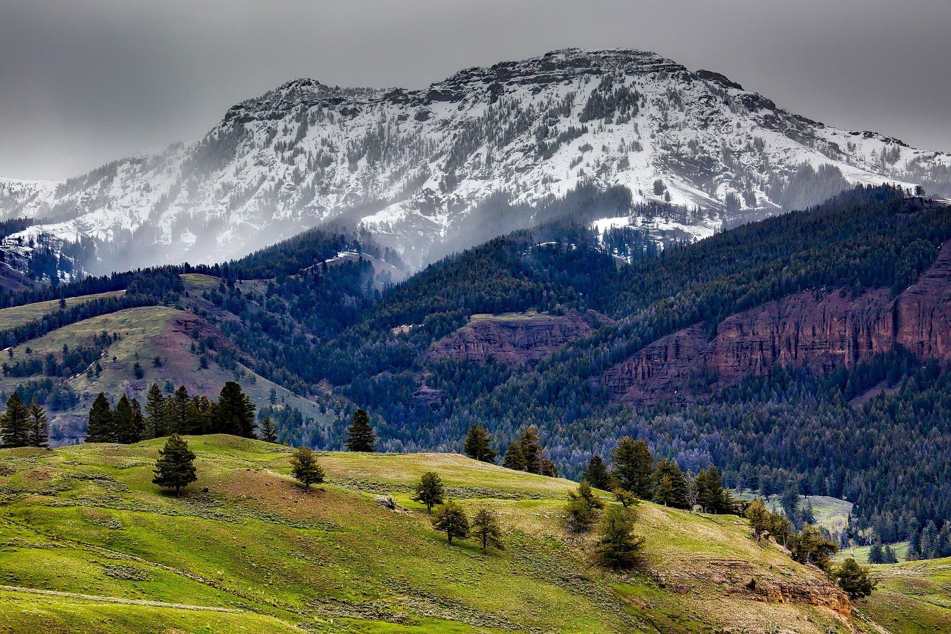 Yellowstone mountains usa hiking destination